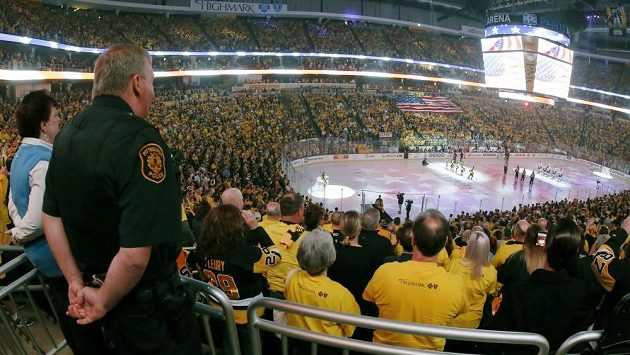 Diváci poslouchají státní hymny během finále Stanley Cupu mezi hokejisty Pittsburghu a Nashvillu.