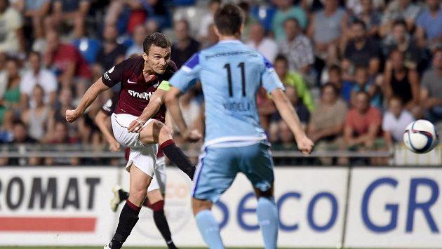 David Lafata ze Sparty střílí svůj druhý gól během utkání v Mladé Boleslavi.