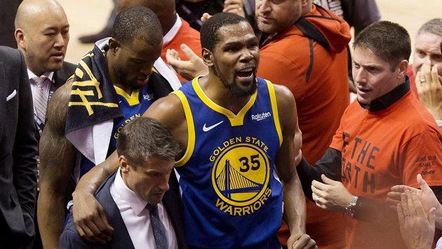 Kevin Durant (35) ještě v dresu Golden State opouští po zranění hrací plochu při duelu s Torontem.
