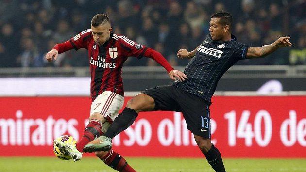 Jeremy Menez z AC Milán (vlevo) si kryje míč před Freddym Guarinem z Interu Milán.