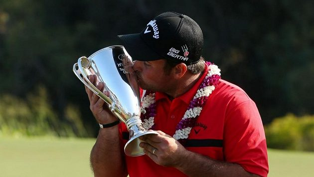 Americký golfista Patrick Reed s trofejí pro vítěze Turnaje šampiónů na Havaji.