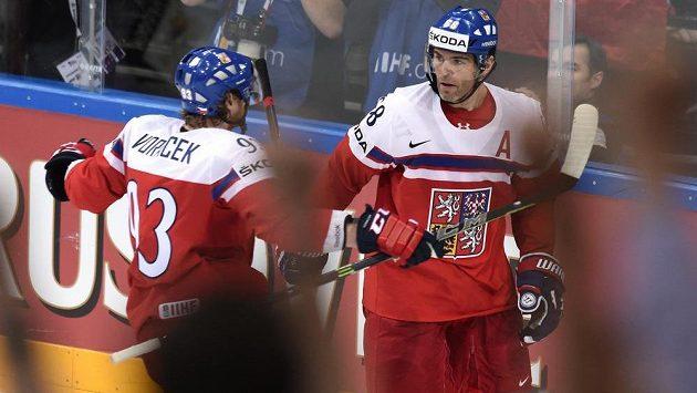 Jakub Voráček (vlevo) s Jaromírem Jágrem během loňského mistrovství světa v Praze.