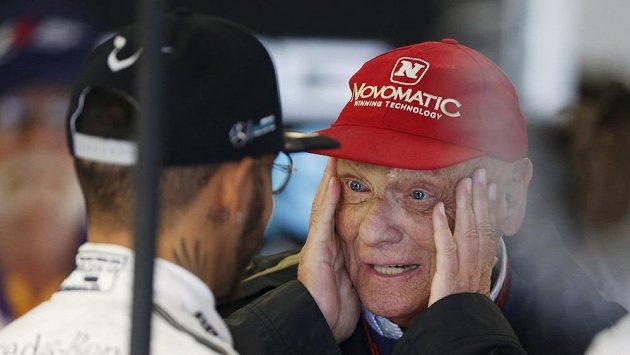 Legendární Rakušan Niki Lauda v debatě s loňským mistrem světa ve formuli 1 Lewisem Hamiltonem.
