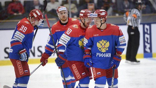 Ruští hokejisté se radují z čtyřgólového vítězství v EHT nad Švédskem.