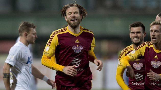 Stoper Dukly Kaspars Gorkšs (uprostřed) se raduje z gólu proti Teplicím v předehrávce 15. kola Synot ligy.