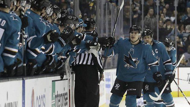 Hokejisté San Jose oslavují branku vstřelenou na domácím ledě.