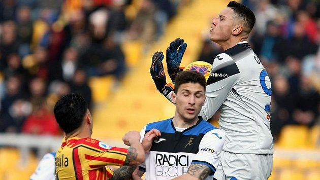Brankář Atalanty Pierluigi Gollini chytá míč v utkání s Lecce.