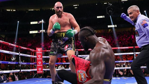 Tyson Fury poslal soupeře na zem.