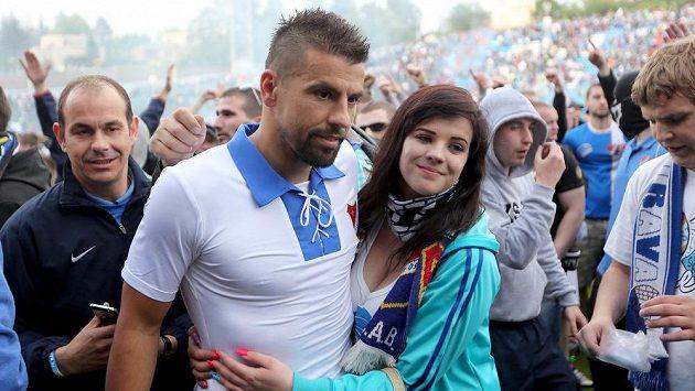 Milan Baroš mezi diváky na ploše po jarním utkání Baník - Dukla.