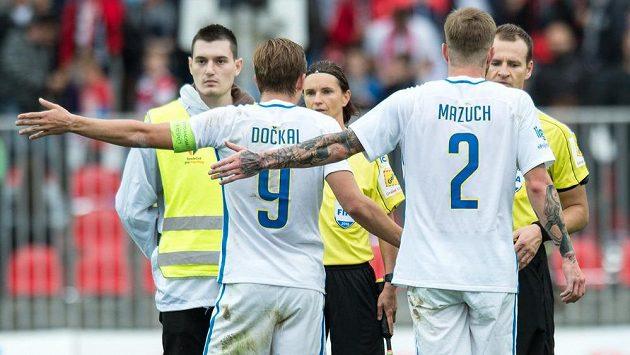 Fotbalisté Sparty Bořek Dočkal a Ondřej Mazuch v diskusi s rozhodčím Pavlem Královcem a asistentkou Lucií Ratajovou po sporném gólu na 3:3.