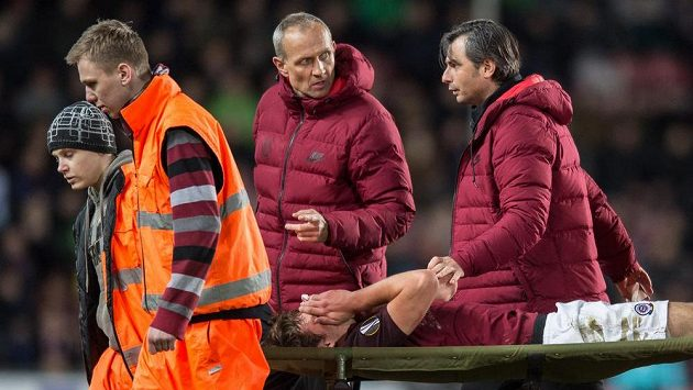 Zraněný sparťan Matěj Pulkrab během odvetného utkání play off Evropské ligy s Rostovem.