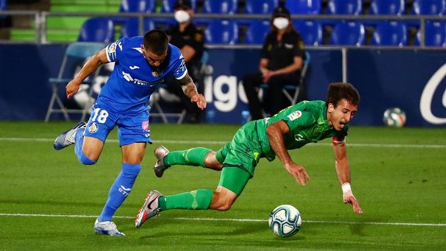Mauro Arambarri (vlevo) z Getafe v souboji s Mikelem Oyarzabalem z Realu Sociedad.