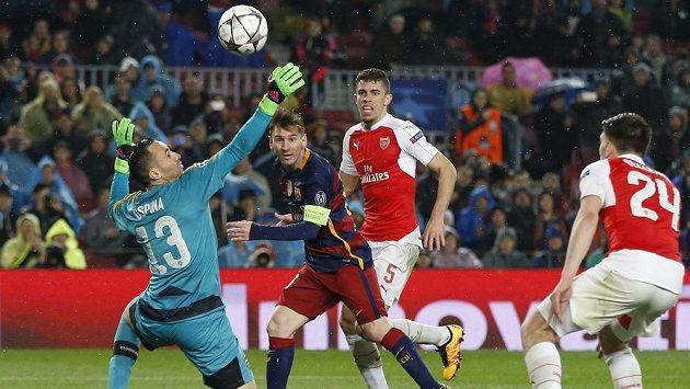 Na parádní lob Lionela Messiho (druhý zleva) David Ospina nedosáhl.