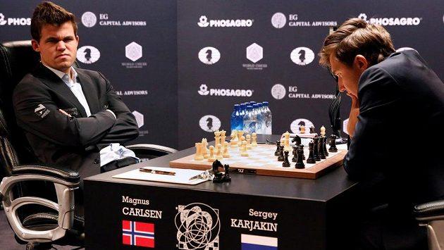 Z partie o šachový trůn Magnus Carlsen - Sergej Karjakin.