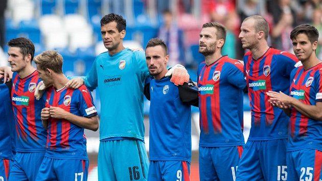 Fotbalisté Viktorie Plzeň (zleva): Milan Havel, Patrik Hrošovský, Aleš Hruška, Martin Zeman, Radim Řezník, Michael Krmenčík a Aleš Čermák.