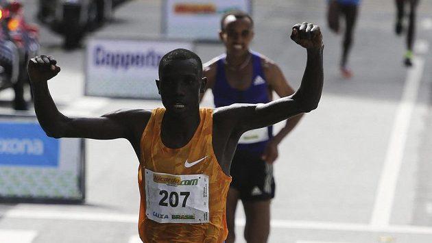 Keňan Stanley Biwott v cíli tradičního silvestrovského běhu v Sao Paulu.