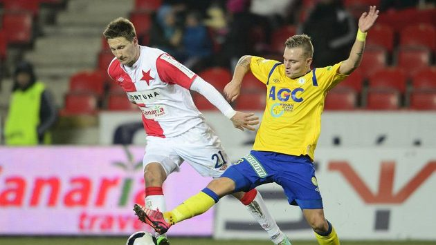 Teplický Jakub Hora (vpravo) se snaží sebrat míč slávistickému útočníkovi Milanu Škodovi.