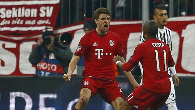Mnichovští fotbalisté Thomas Müller (vlevo) a Douglas Costa v euforii po vyrovnávací brance v nastavení proti Juventusu.