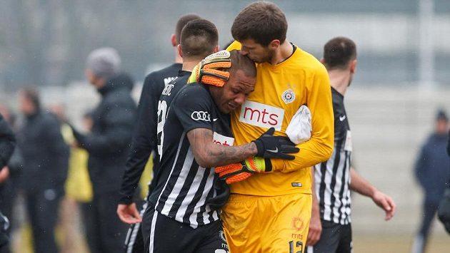 Hráč Partizanu Bělehrad Everton Luiz při odchodu ze hřiště po derby s týmem Rad plakal. Fanoušci ho po celý zápas rasisticky uráželi.