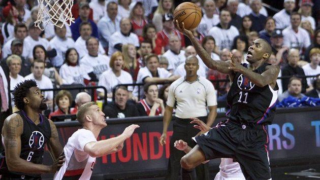 Jamal Crawford z Los Angeles Clippers střílí koš v utkání NBA proti Portlandu Trail Blazers.