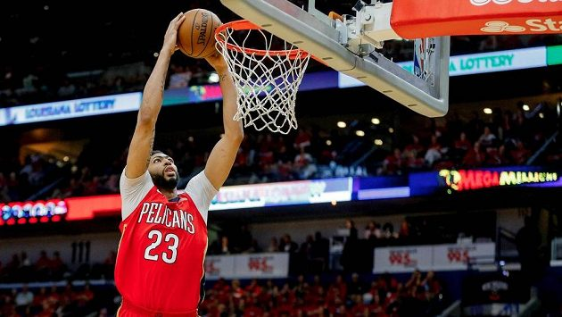 Basketbalista New Orleans Pelicans Anthony Davis v duelu s Golden State Warriors.