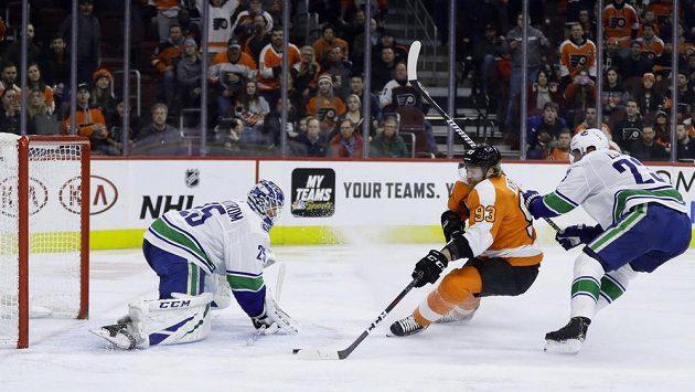 Český útočník Philadelphie Flyers Jakub Voráček (93) střílí gól do sítě Vancouveru Canucks.