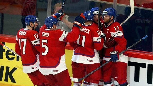 Čeští hokejisté se radují z branky Zbyňka Michálka v utkání proti Dánsku.