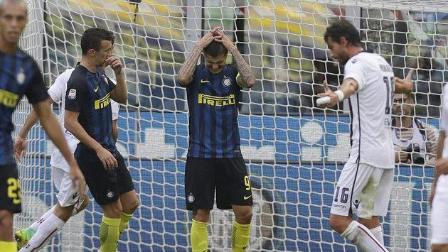 Fotbalista Interu Milán Mauro Icardi (uprostřed) po zahozené penaltě proti Cagliari.