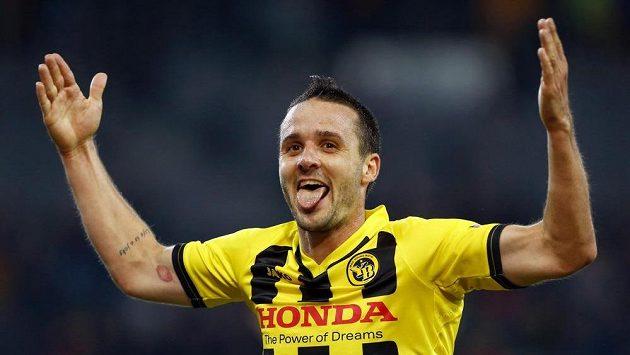 Raphael Nuzzolo slaví jeden z gólů Bernu proti Slovanu.