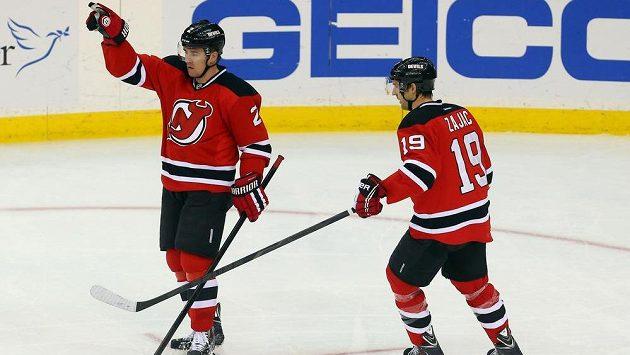 Obránce New Jersey Marek Židlický (2) a jeho spoluhráč Travis Zajac slaví jednu z dvou tref českého beka v nedělním duelu s Bostonem.