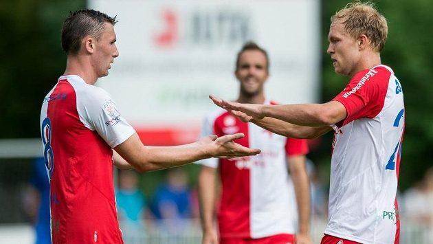 Fotbalisté Slavie Jaromír Zmrhal (vlevo) a Mick van Buren slaví gól proti Liberci ve finále nedávného přípravného turnaje v Čelákovicích.