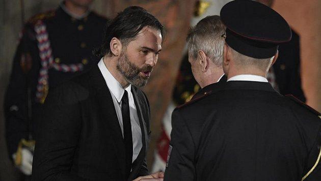 Hokejista Jaromír Jágr (vlevo) při přebírání vyznamenání.