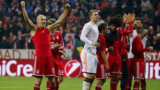 Arjen Robben (vlevo) slaví se svými spoluhráči z Bayernu postup do semifinále Champions League.
