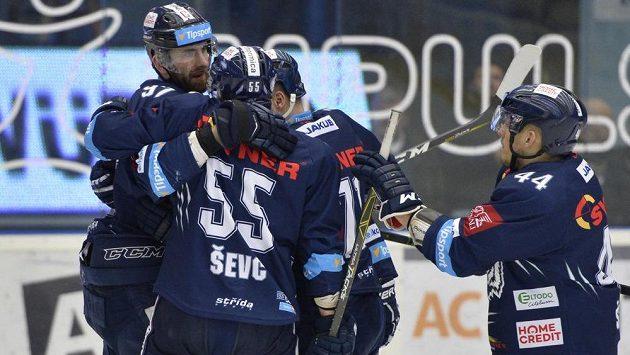 Hokejisté Liberce se radují z branky do sítě Plzně.