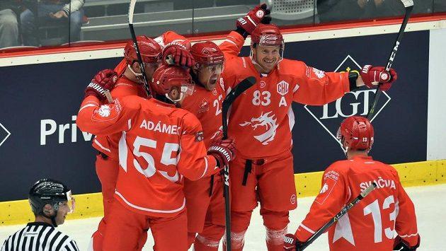 Hokejisté Třince vyhráli v utkání základní skupiny D Ligy mistrů nad HV71 Jönköping 3:0. Na snímku se z gólu radují třinečtí hráči zleva David Musil, Marián Adámek, Jiří Polanský, Martin Adamský a Vladimír Svačina.