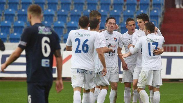Hráči Ostravy se radují z prvního gólu proti Slovácku.