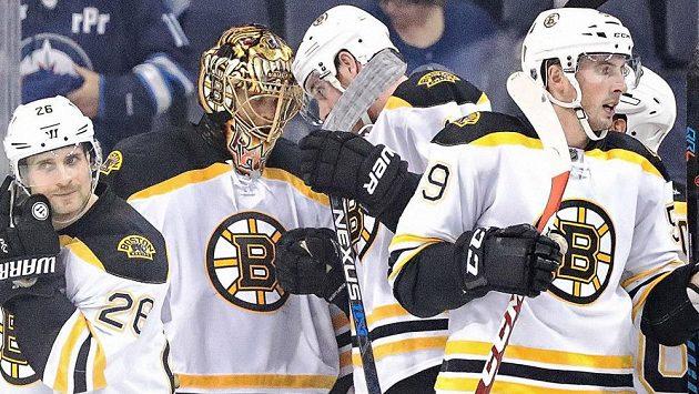 Gólman Bostonu Tuukka Rask oslavuje se spoluhráči vítězství nad Winnipegem.