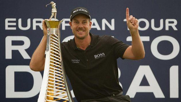 Švédský golfista Henrik Stenson pózuje s trofejí pro vítěze turnaje v Dubaji.