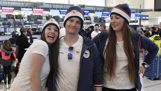 Zleva snowboardcrossaři Kateřina Louthanová, Jan Kubičík a Vendula Hopjáková při odletu na ZOH