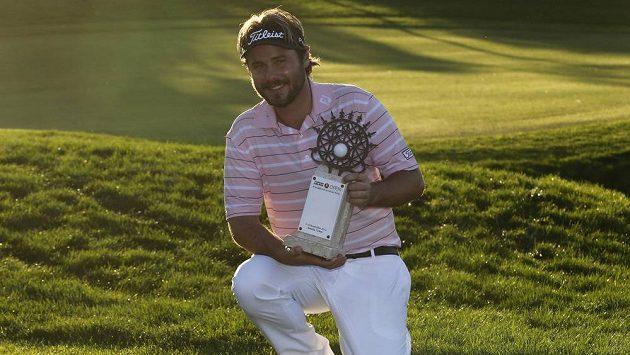 Francouzský golfista Victor Dubuisson s trofejí pro vítěze Turkish Airlines Open.