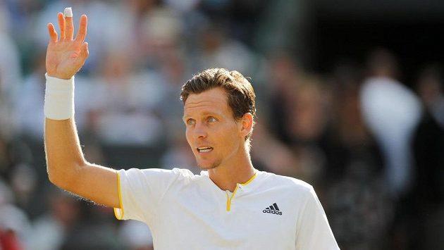 Tomáš Berdych zdraví diváky. Je v semifinále poté, co Novak Djokovič vzdal čtvrtfinálový souboj.