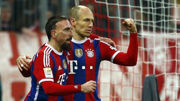 Franck Ribéry (vlevo) a Arjen Robben z Bayernu Mnichov se radují z gólu proti Freiburgu.