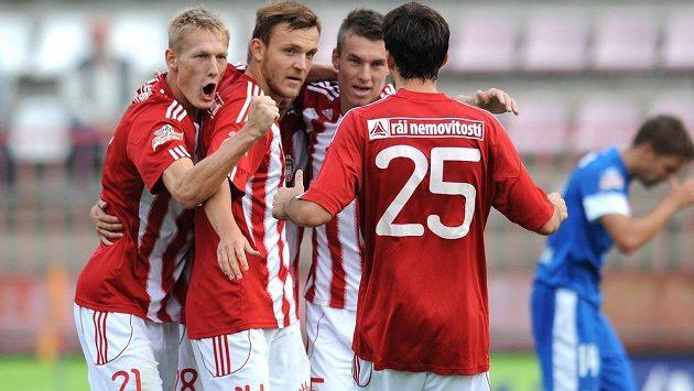 Hráči Viktorie Žižkov (zleva Michal Škoda, Daniel Bartl, Zdeněk Folprecht) oslavují gól.