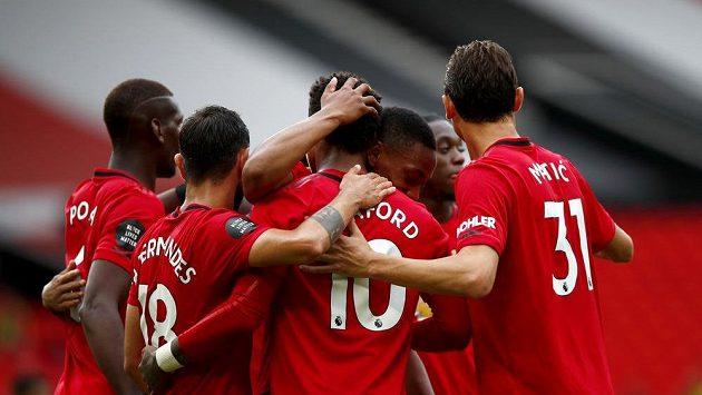 Fotbalisté Manchesteru United se radují z branky během 33. kola anglické Premier League proti Bournemouthu.