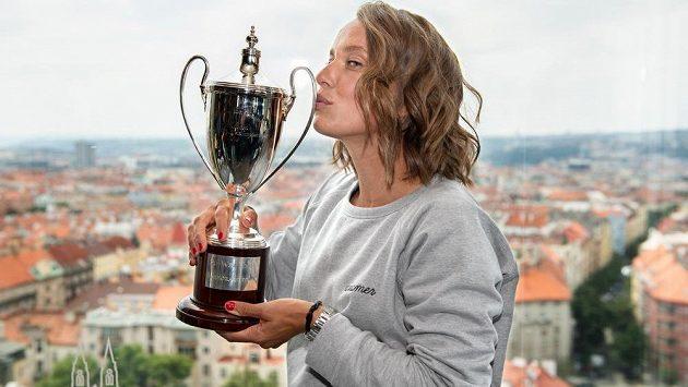 Polibek šampionky. Tenistka Barbora Strýcová s trofejí za vítězství ve čtyřhře ve Wimbledonu.