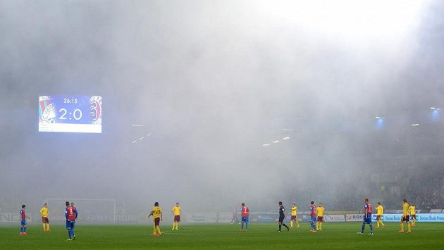 Zápas Plzně se Spartou byl několikrát přerušen kvůli dýmu ze světlic.