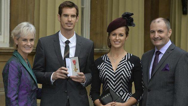 Tenista Andy Murray s titulem důstojníka Řádu britského impéria, jeho partnerka Kim Searsová (oba uprostřed) a rodiče Judy a Will.