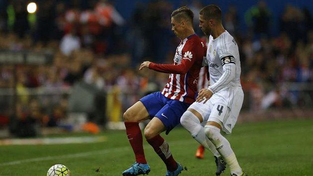 Obránce Sergio Ramos (vpravo) se posledních dvou zápasů Španělska v kvalifikaci o ME nezúčastní.