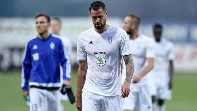 Smutní mladoboleslavští fotbalisté opouštějí trávník po porážce se Strömsgodsetem. Vpředu je útočník Lukáš Magera.