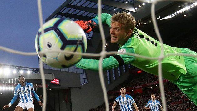 Liverpoolský Sadio Mané překonává brankáře týmu Huddersfield Town Jonase Lossla.